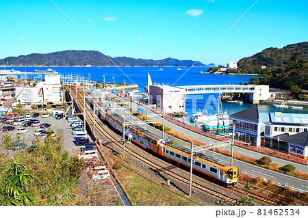 三重県、鳥羽市と近鉄特急ビスタカーの風景 81462534