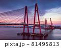 夕焼けと赤い橋の名港トリトンを空撮 81495813