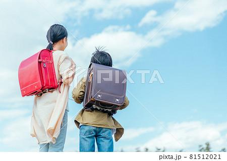 ランドセルを背負った小学生の後ろ姿 81512021