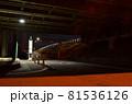 深夜のガード下のバス停 81536126