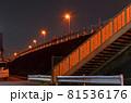 深夜の高架道路と廃階段と擁壁 81536176