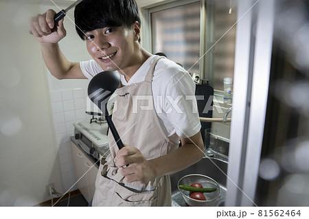 料理をする男性 81562464