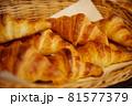 パン屋さんで陳列されたクロワッサン 81577379