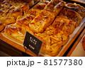 パン屋さんで陳列された菓子パン 81577380