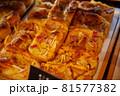 パン屋さんで陳列された菓子パン 81577382