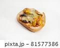 白背景の菓子パン 81577386
