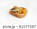 白背景の菓子パン 81577387