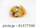 白背景の菓子パン 81577390