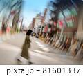 道路を横切る女性(回転流し写真・ぐるぐる写真) 81601337