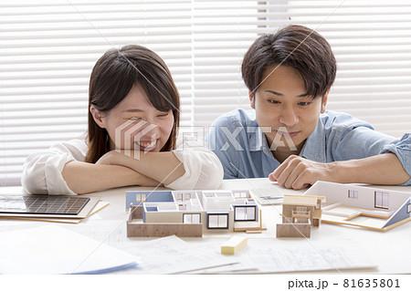 住宅模型を見ながら打ち合わせする施主、夫婦 81635801