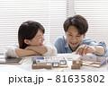 住宅模型を見ながら打ち合わせする施主、夫婦 81635802