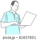 禿げた男性が、持ったノートパソコンを使っているイラスト 81637601