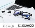 書類と眼鏡 ビジネスイメージ 81689922