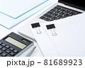電卓と書類 ビジネスイメージ 81689923