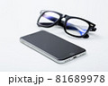スマホと眼鏡 81689978