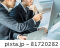 【ビジネス】 仕事を教える上司とその部下 81720282