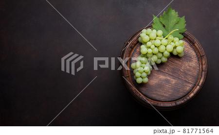 White grape on old barrel 81771564