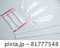 プラスチック製使い捨てスプーンとストロー 81777548