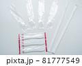 プラスチック製使い捨てスプーンとストロー 81777549