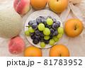 皿の上のブドウと、それを取り囲む梨、桃、メロン 81783952