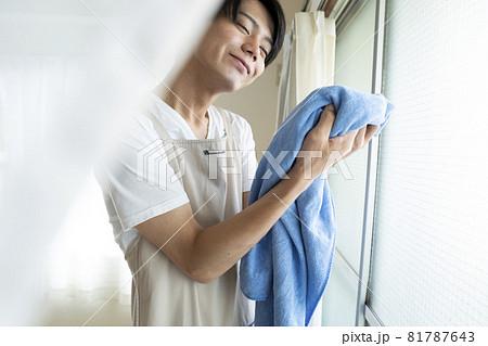 洗濯をする男性 81787643