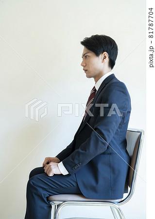 面接を待つ緊張した男性 81787704