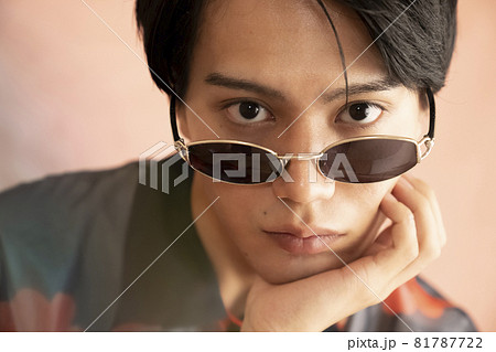 サングラスをかけた男性のポートレート 81787722