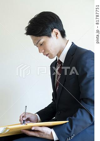 書類に書き込むビジネスマン 81787751