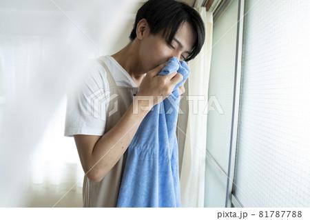 洗濯物の臭いを嗅ぐ男性 81787788