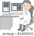 年配の男性医師と診察室のパソコン 81805655