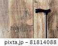 壁に立てかけられた杖 81814088