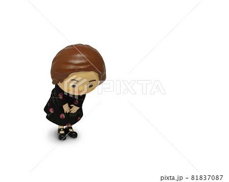 黒ワンピースの人形 おじぎ 81837087
