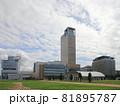 サンポート高松の海側から見た高松シンボルタワーと高松サンポート合同庁舎、高松港旅客ターミナルビル 81895787