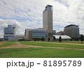 サンポート高松の海側から見た高松シンボルタワーと高松サンポート合同庁舎、高松港旅客ターミナルビル 81895789