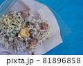 可愛いドライフラワーの花束と青バック、青背景、ドライフラワー 81896858