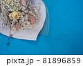 可愛いドライフラワーの花束と青バック、青背景、ドライフラワー 81896859