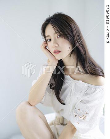 女性ポートレート 美容イメージ 81909021