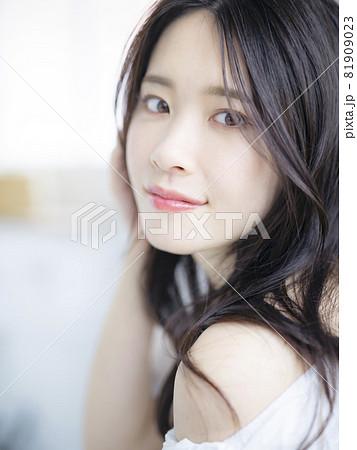 女性ポートレート 美容イメージ 81909023