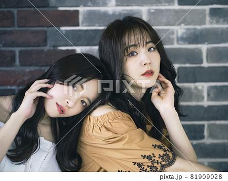 女性二人のポートレート ファッションイメージ 81909028