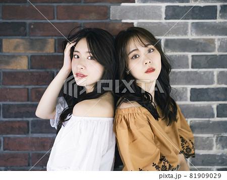 女性二人のポートレート ファッションイメージ 81909029