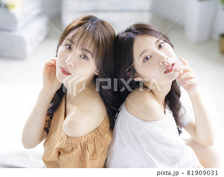 女性二人のポートレート ファッションイメージ 81909031