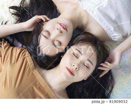 女性二人のポートレート ファッションイメージ 81909032
