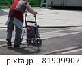 歩行補助用具と高齢者 高齢者のシルバーカーでの買い物 81909907