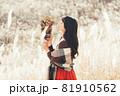ススキが広がる高原で花束を持つ女性 81910562