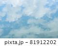 ほんわか青空、淡い雲との優しい青空、キャンバスに書いたような白い雲 81912202