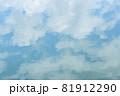 ほんわか青空、淡い雲との優しい青空、キャンバスに書いたような白い雲 81912290