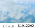 ほんわか青空、淡い雲との優しい青空、キャンバスに書いたような白い雲 81912292
