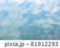 ほんわか青空、淡い雲との優しい青空、キャンバスに書いたような白い雲 81912293