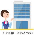 案内する20代受付女性とオフィスビル 81927951