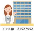 案内する20代受付女性とオフィスビル 81927952
